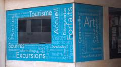 Impression sur autocollants pour l'habillage des vitrines de tourisme Trois-Rivières.