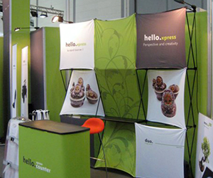 Stand portatif pop-up en tissus de type Duo Hello Xpress. Fabriqué en France.